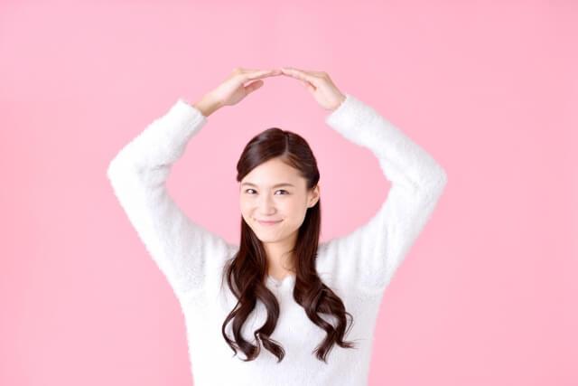 OKサインを作る女性のイメージ画像