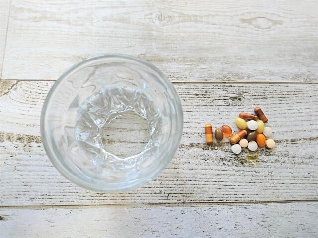 薬とコップのイメージ画像