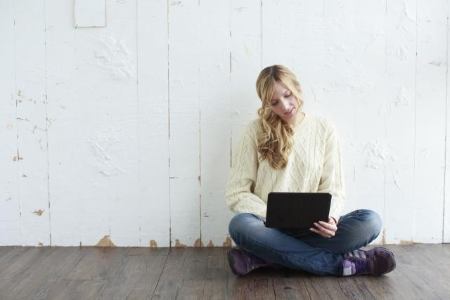 パソコンをいじる女性のイメージ画像
